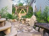 Arche en bois et chemin en pierres