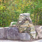 En bordure d'une entrée de maison, des structures de pierres